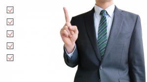 5つのポイントについて解説するビジネスパーソン