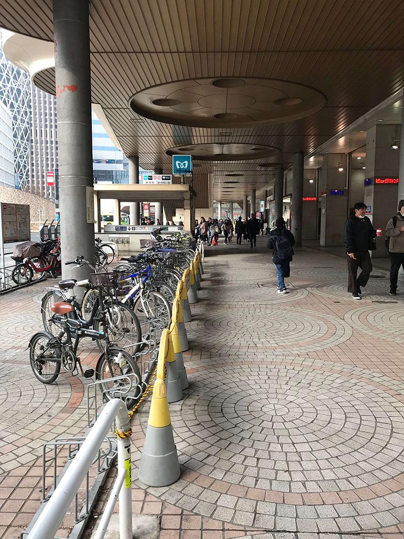 新宿駅西口からB17出口に出ます。
