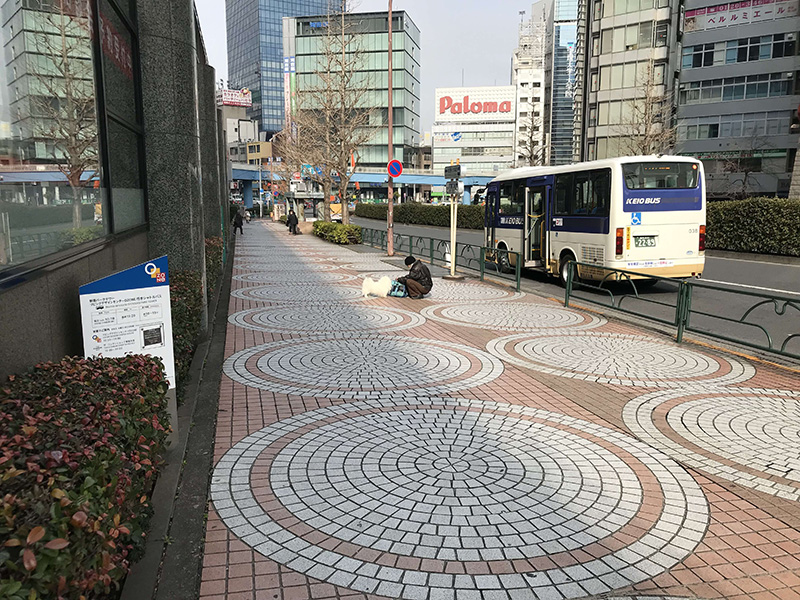 交差点を渡り右に進むとバス乗り場です。