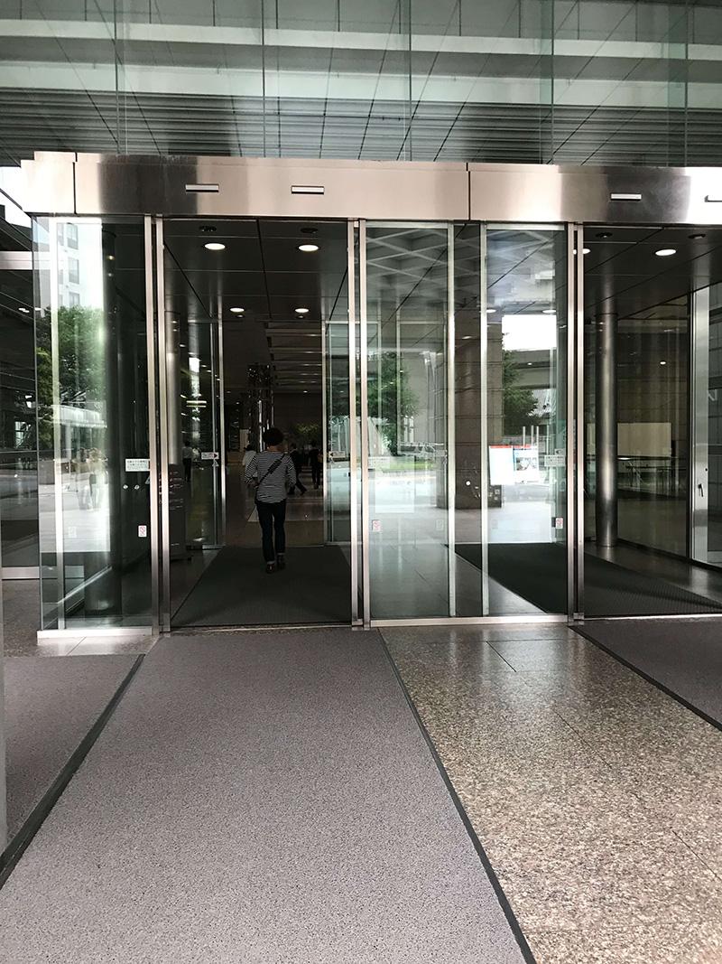 こちらの入口から中に入ります。