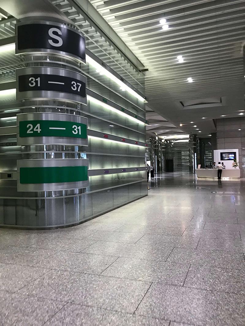 しばらく進むとS棟用のエレベーターが左手に見えてきますが、こちらのエレベーターではN30階には行けません。