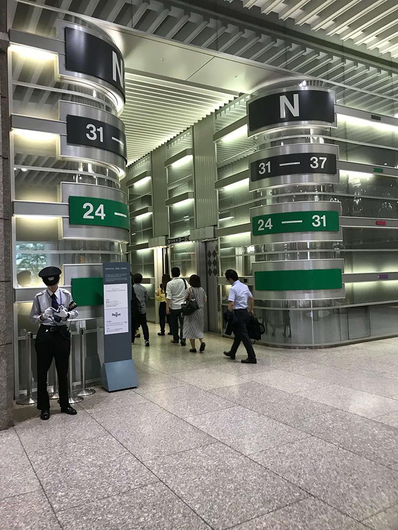 こちらのエレベーターのうち、奥側にある緑色(24〜31階行き)のエレベーターに乗って30階に上がります。