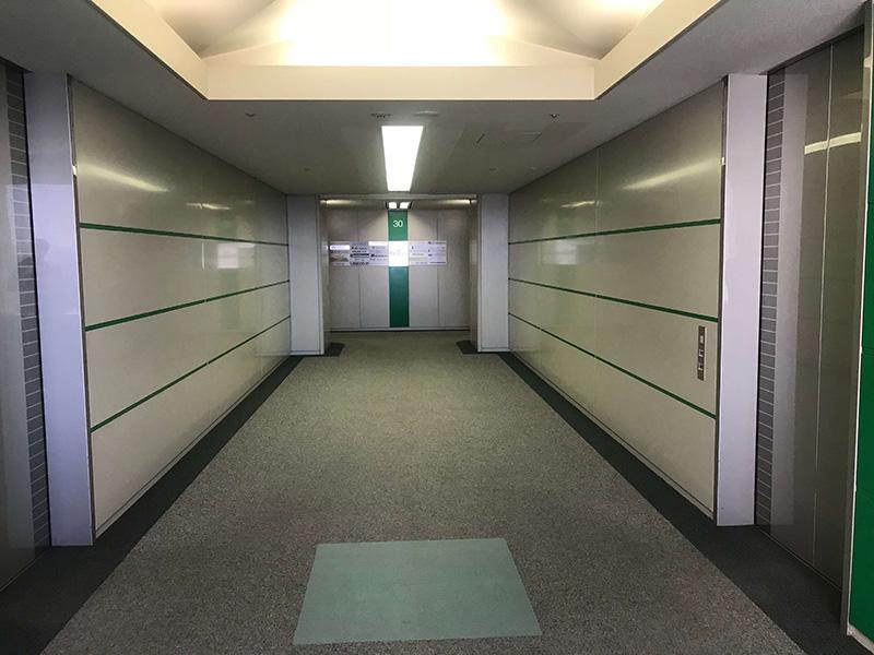 エレベーターホールからはこちらの写真の奥側に進み、突き当たりを左手に進みます。
