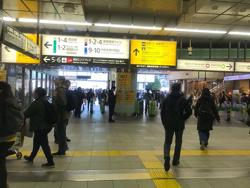 JR新宿駅南口を出ます。
