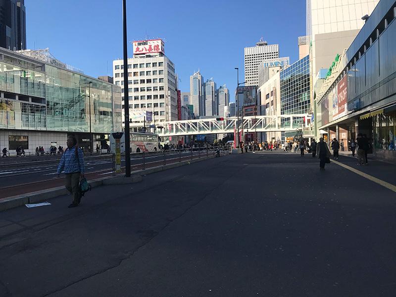 写真奥に見える三角屋根のビルが新宿パークタワーです。