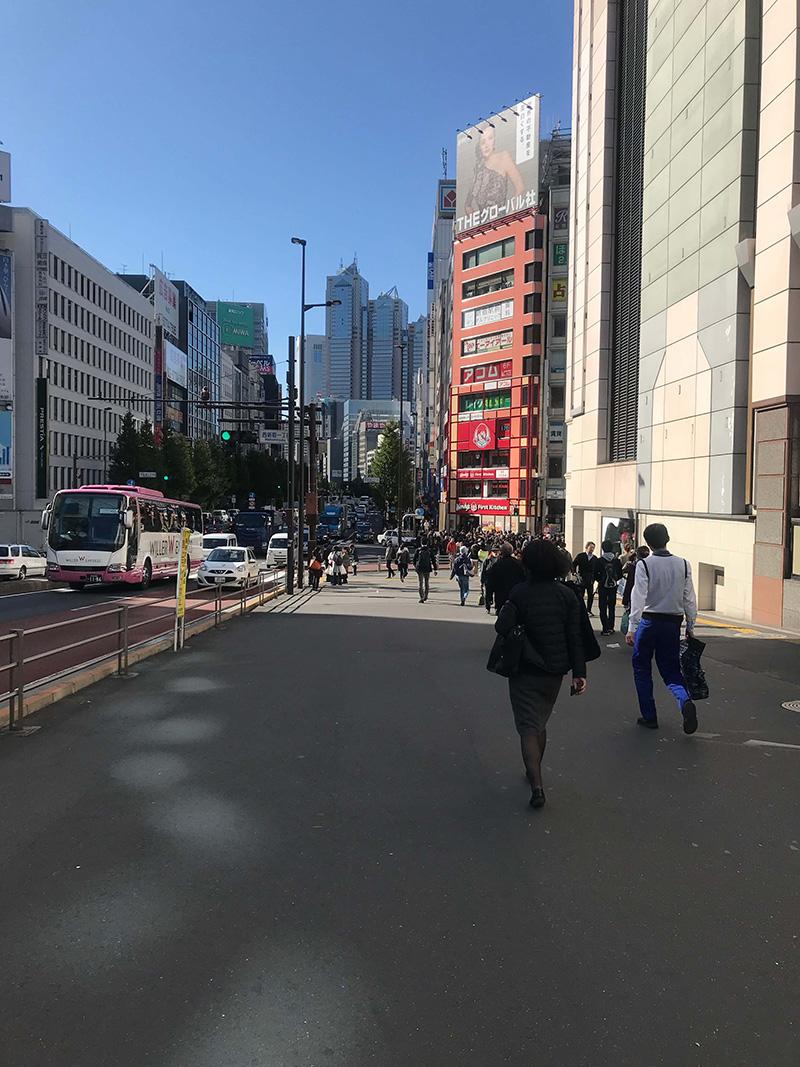 1分ほど歩くと「西新宿1丁目」交差点に差し掛かります。