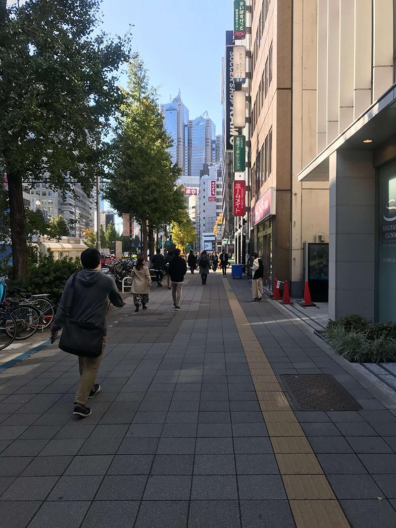 新宿パークタワーの方向へひたすら進みます。