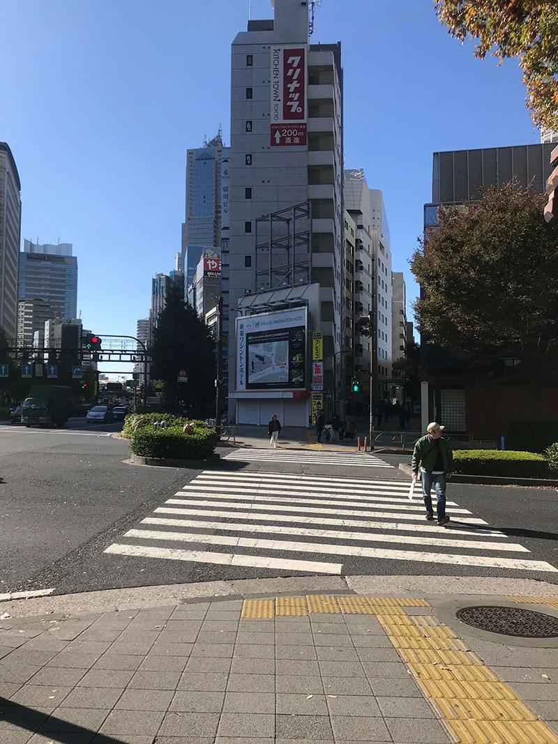 こちらの交差点を渡ったら右斜め奥に進みます。