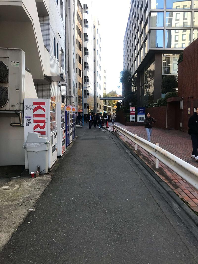 こちらの裏通りを進みます。