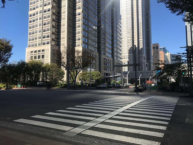 都庁南交差点の横を通り過ぎると……
