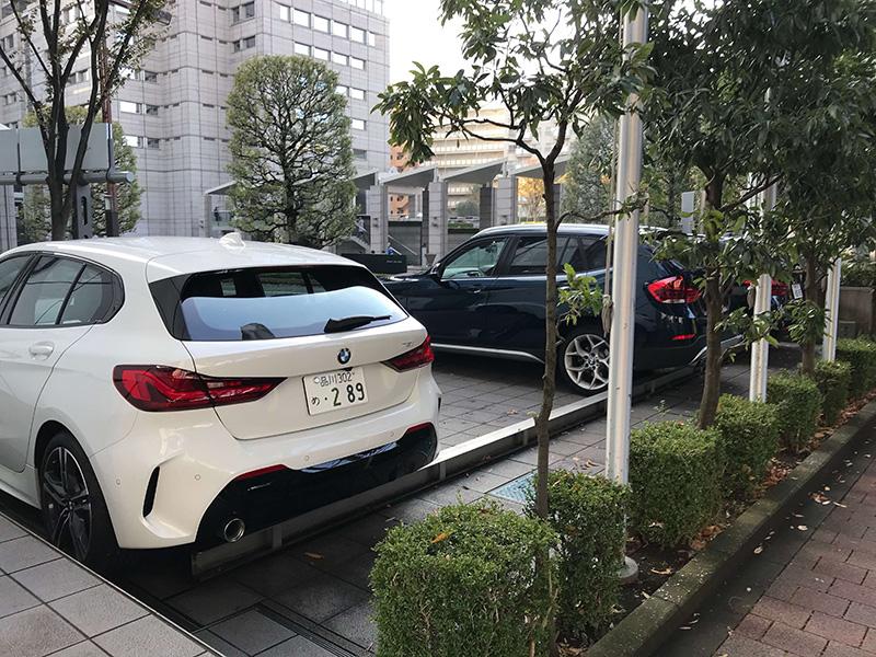 BMWの車の横を通り過ぎ……