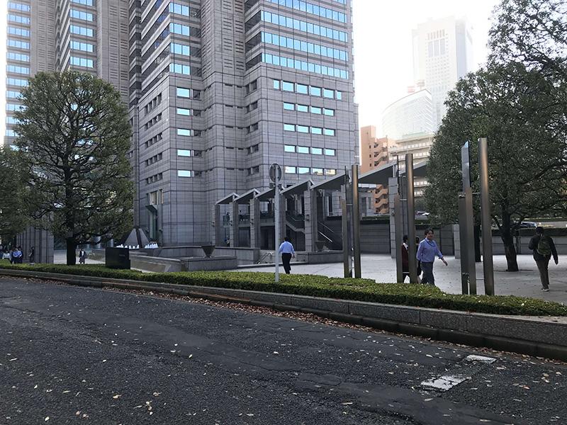新宿パークタワーの北口に着きます。